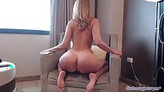 Cougar Shakes and Twerks Bum On Cam