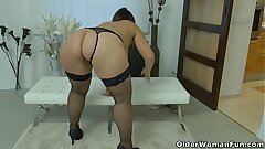 Well rounded milf Riona rubs her pulsating nub